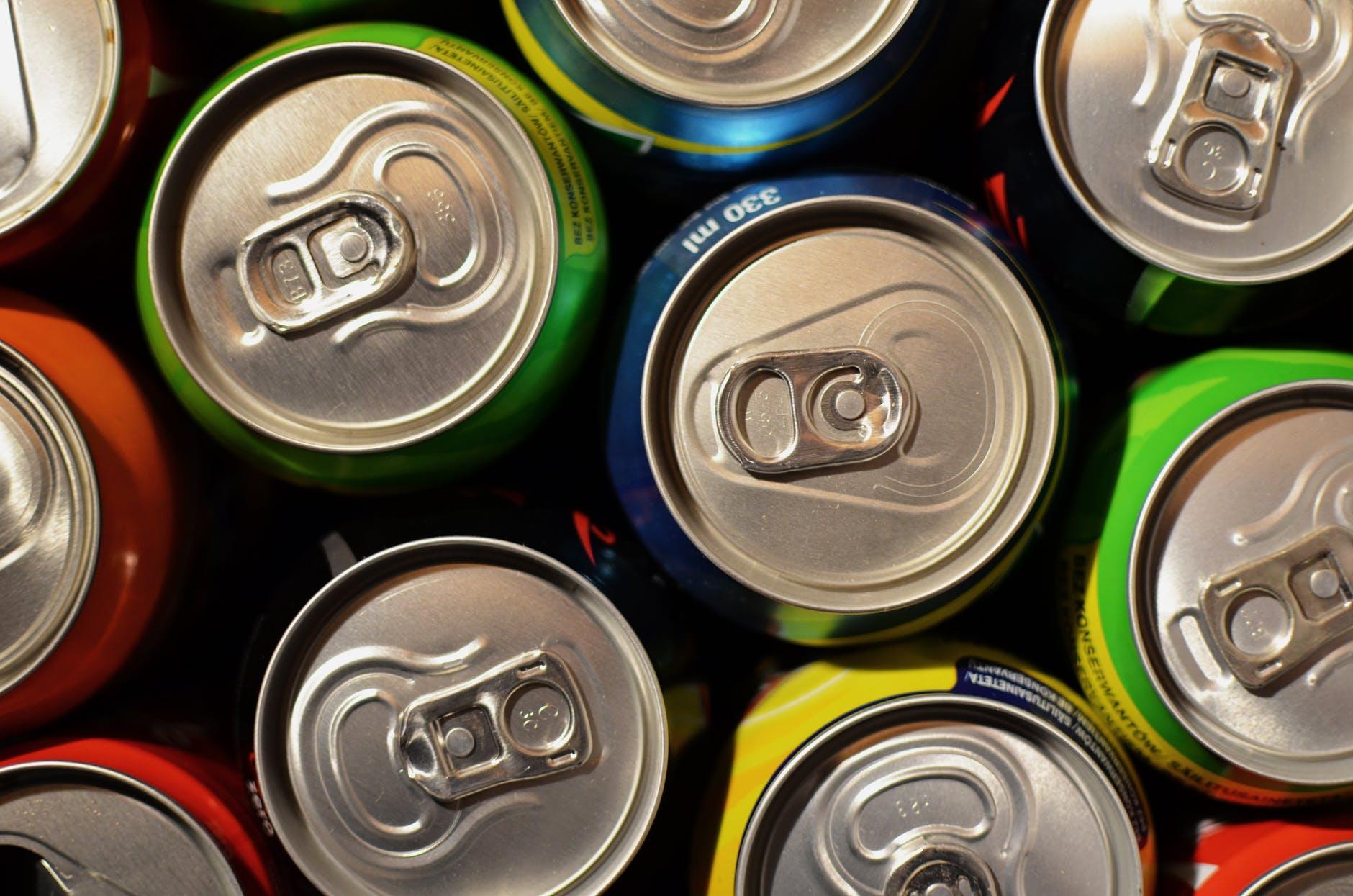 Proiect: Comerciantii ar putea risca amenzi MARI daca vor mai vinde bauturi energizante celor sub 18 ani