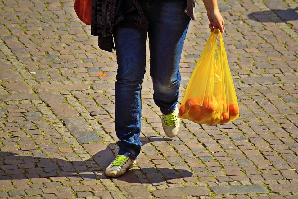 Noi masuri pentru reducerea consumului de pungi din plastic. Guvernul a majorat ecotaxa
