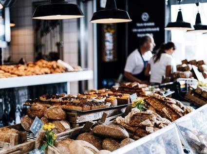 Noi reguli pentru firme din 14 iulie: produsele alimentare neambalate trebuie obligatoriu sa fie insotite de etichete